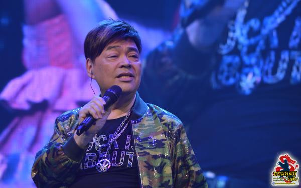 """""""จางเหว่ยเหวิน"""" (Donald Cheung) ขึ้นร้องเพลงเป็นคนแรก"""