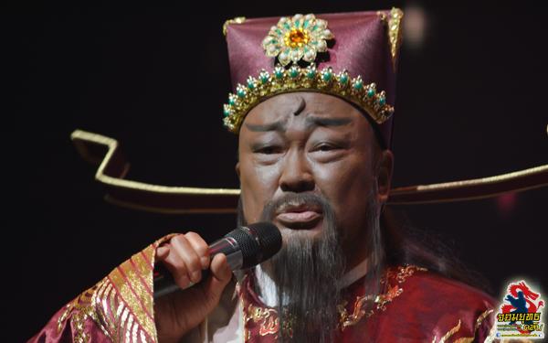 """""""เปาบุ้นจิ้น"""" จินเชาฉวิน (Jin Chao Qun) โชว์ลูกคอร้องเพลง เปาบุ้นจิ้นด้วยเช่นกัน"""