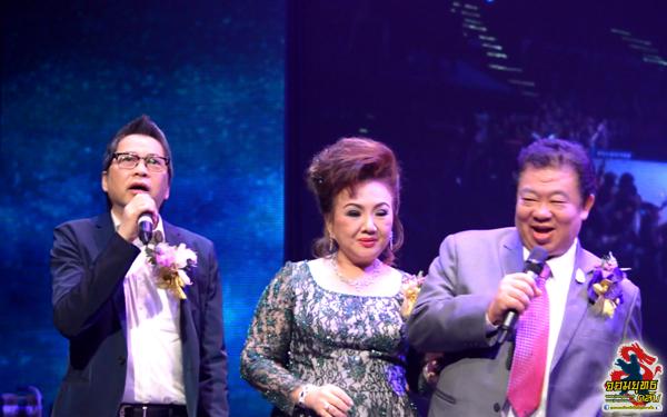 ปิดท้ายด้วย คณะผู้บริหารขึ้นร่วมร้องเพลง กับ นักร้อง และ นักแสดง